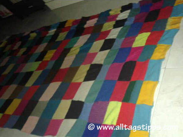 gestrickte patchworkdecke aus quadraten zusammengesetzt. Black Bedroom Furniture Sets. Home Design Ideas